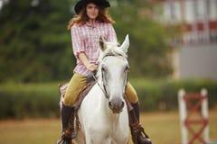härlig vinter för flickahästliggande Royaltyfri Foto