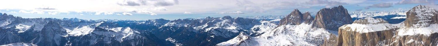 härlig vinter för liggandebergpanorama Arkivbilder