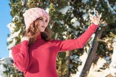 Härlig vinter för ung kvinna Arkivfoto