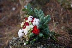 Härlig vinterbukett av granen, rosor och bomull Buketten för brud` s royaltyfri fotografi