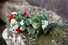Härlig vinterbukett av granen, rosor och bomull Buketten för brud` s royaltyfria bilder