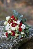 Härlig vinterbukett av granen, rosor och bomull Buketten för brud` s arkivbild