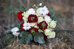 Härlig vinterbukett av granen, rosor och bomull Buketten för brud` s royaltyfri foto