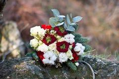 Härlig vinterbukett av granen, rosor och bomull Buketten för brud` s royaltyfri bild