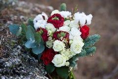 Härlig vinterbukett av granen, rosor och bomull Buketten för brud` s fotografering för bildbyråer