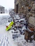 Härlig vinterbygd med släden och snö Royaltyfria Foton