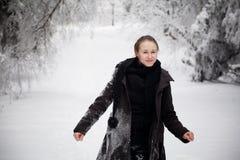 Härlig vinterkvinnastående som tas i berg Royaltyfri Foto