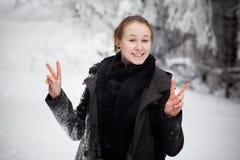 Härlig vinterkvinnastående som tas i berg Royaltyfria Foton