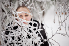 Härlig vinterkvinnastående som tas i berg Arkivfoton