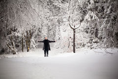 Härlig vinterkvinnastående som tas i berg Arkivfoto