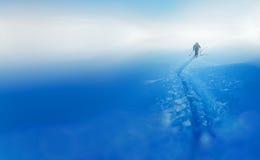 Härlig vinterlandskap och snöig med skidåkaren effekt för 50mm bakgrundsblur aktiverar sidan för nattnikkordeltagaren Arkivbild