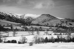 Härlig vinterlandskapsnö täckte fält i bygd in Royaltyfri Bild