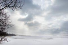 Härlig vinterseascape med disiga moln och det djupfrysta havet Arkivbilder