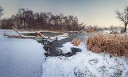 Härlig vintersolnedgång på floden Krinka Royaltyfri Foto
