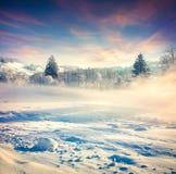 Härlig vintersoluppgång i bergbyn Royaltyfri Fotografi