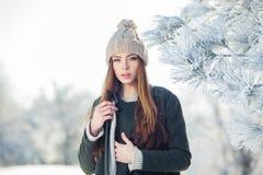Härlig vinterstående av den unga kvinnan i Fotografering för Bildbyråer
