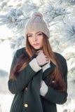 Härlig vinterstående av den unga kvinnan i Arkivfoton