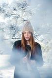 Härlig vinterstående av den unga kvinnan i Royaltyfria Foton