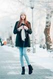 Härlig vinterstående av den unga kvinnan i Royaltyfri Fotografi