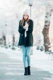 Härlig vinterstående av den unga kvinnan i Royaltyfri Bild