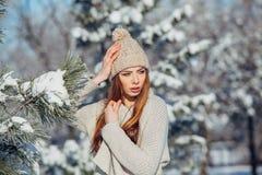 Härlig vinterstående av den unga kvinnan i Arkivbild