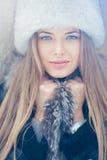 Härlig vinterstående av den unga kvinnan i vintern arkivfoton