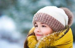 Härlig vinterstående av ett barn utomhus Framsida av flickanärbilden Royaltyfri Foto