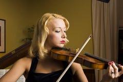 härlig violinist Arkivbild