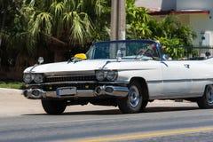 Härlig vit amerikansk klassisk sikt för cabrioletbil framtill i den Varadero Kuban arkivbild