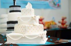 Härlig vit bröllopstårta Fotografering för Bildbyråer