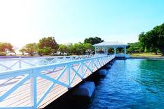 Härlig vit bro på havet Arkivbilder