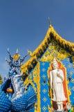 Härlig vit buddha skulpturyttersida kyrkan på Wat Rong Sua Ten, ChiangRai, Thailand Utomhus- vit Buddhastaty på Wat Ron Royaltyfria Foton