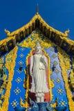 Härlig vit buddha skulpturyttersida kyrkan på Wat Rong Sua Ten, ChiangRai, Thailand Utomhus- vit Buddhastaty på Wat Ron Arkivbild