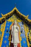 Härlig vit buddha skulpturyttersida kyrkan på Wat Rong Sua Ten, ChiangRai, Thailand Utomhus- vit Buddhastaty på Wat Ron Royaltyfri Fotografi