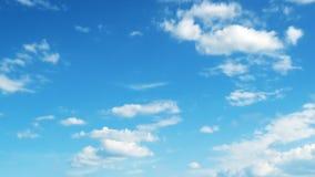 Härlig vit fördunklar på himmel stock video
