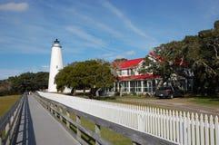 Härlig vit fyr, gamla ekar och en blå blå himmel på NC-ön av Ocracoke Arkivbild