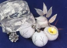 Härlig vit glass ` s för det nya året klumpa ihop sig med en silvermodell, vitt briljant glitter, kotten på en blå bakgrund - com Arkivfoton