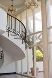 Härlig vit korridor med trappa av hotellet Royaltyfri Bild