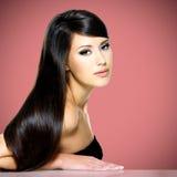 Härlig vit kvinna med långt brunt hår Royaltyfri Bild