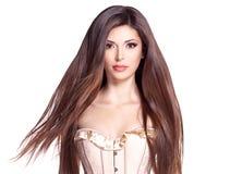 Härlig vit nätt kvinna med långt rakt hår royaltyfri foto