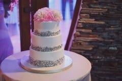Härlig vit och kulör bröllopstårta Royaltyfria Bilder