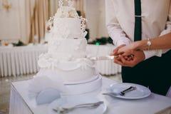 Härlig vit och kulör bröllopstårta Arkivfoton