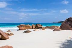 Härlig vit sandstrand i Seychellerna Royaltyfria Foton