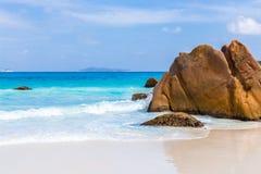 Härlig vit sandstrand i Seychellerna Arkivbild