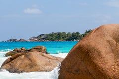 Härlig vit sandstrand i Seychellerna Arkivbilder