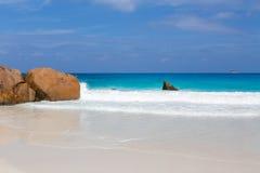 Härlig vit sandstrand i Seychellerna Royaltyfria Bilder