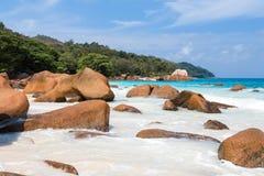 Härlig vit sandstrand i Seychellerna Fotografering för Bildbyråer