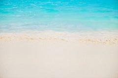 Härlig vit sandstrand och tropiskt turkosblåtthav Arkivbilder