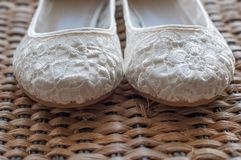 Härlig vit snör åt brud- skor Fotografering för Bildbyråer