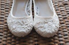 Härlig vit snör åt brud- skor Arkivfoton